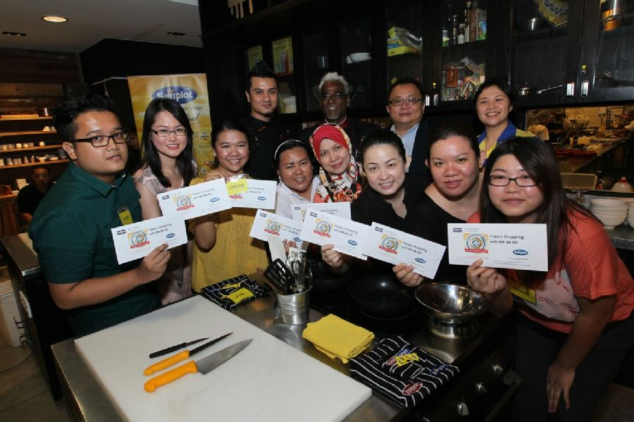 8 finalists at the Simplot Award - Best Food Blogger Cook-Off Competition showing off their envelopes containing RM88 each to shop for ingredients at B.I.G