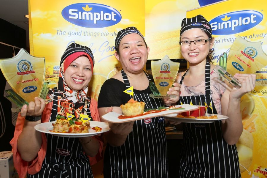 Jennifer Khoo (center), the Grand prize winner flanked by Asliza Yusoff (left) and Kelly Siew