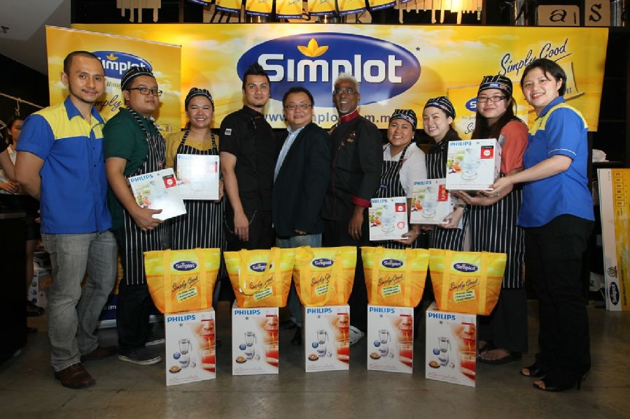 Saw Kok Kheng (far left) and Ong E-laine (far right) from Simplot with the notable culinary judges as well as the five winners with their consolation prizes