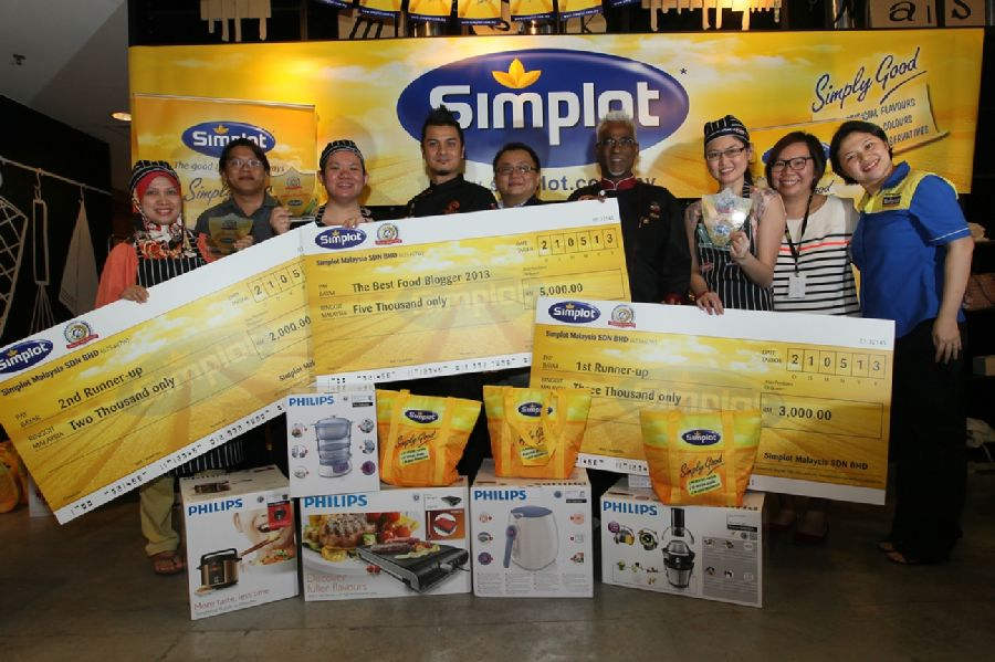 Top 3 winners of Simplot Award - Best Food Blogger Cook-Off Competition with their prizes along with Simplot and renowned culinary judges